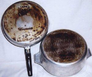 Грязная алюминиевая посуда