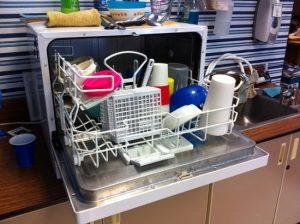 Что делать, если посудомойка оставляет белый налёт на стекле?
